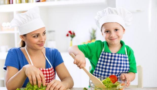 5 načina da pustite decu da vam pomognu u kuhinji, a da ne naprave haos